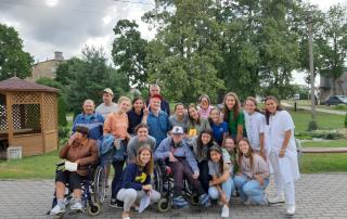 nenes de rocabruna a lituania amb la gent de la residencia